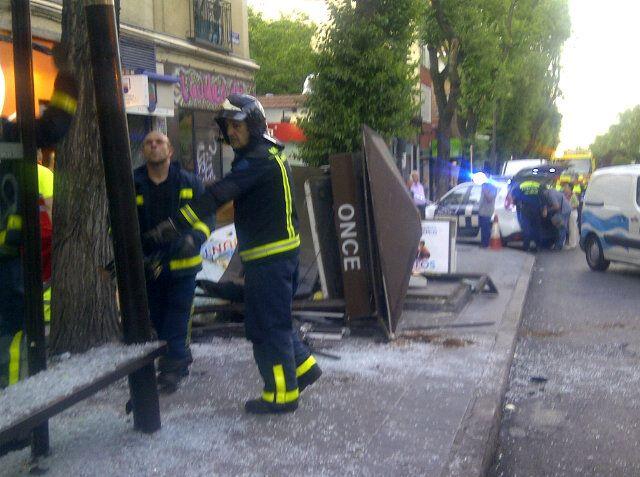 Aparatoso accidente contra una caseta de la ONCE en el Paseo de Extremadura (4/4)