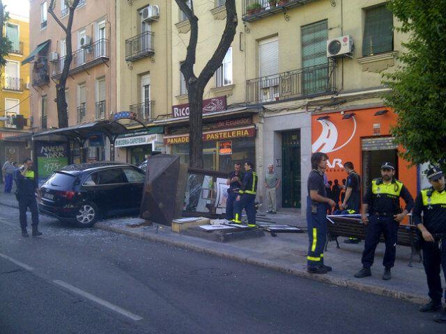 Aparatoso accidente contra una caseta de la ONCE en el Paseo de Extremadura (2/4)
