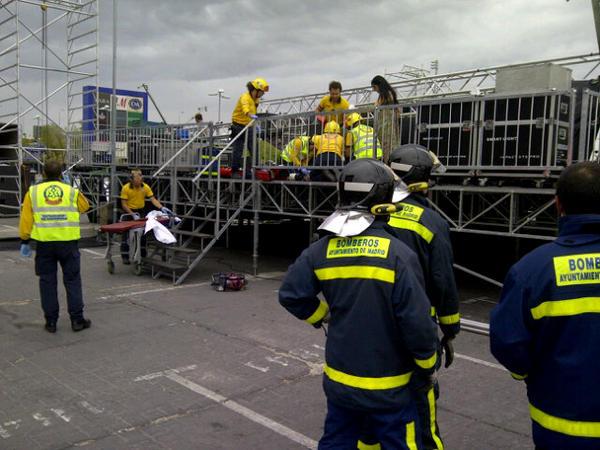 Dos trabajadores heridos tras desprenderse parte de un escenario (1/4)