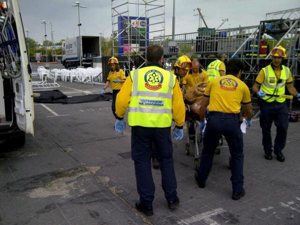 Dos trabajadores heridos tras desprenderse parte de un escenario (3/4)