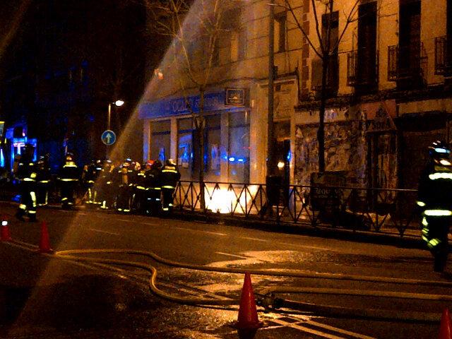 Heridos tres bomberos por la explosión de un fuego eléctrico que se extendió a la acometida de gas (1/6)