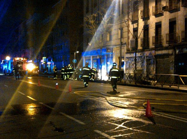 Heridos tres bomberos por la explosión de un fuego eléctrico que se extendió a la acometida de gas (2/6)