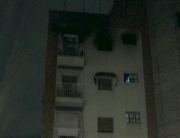 Una mujer de 78 años grave por inhalar humo en el incendio de su vivienda (3/4)