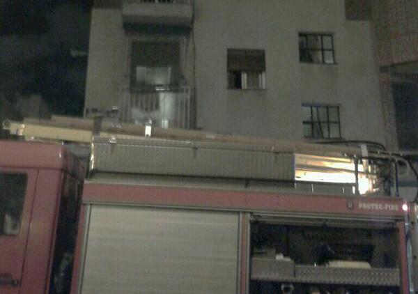 Una mujer de 78 años grave por inhalar humo en el incendio de su vivienda (2/4)